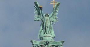 Ki áll az oszlop tetején és a Szabadság téren? – Mi magyarok Tőle számíthatunk segítségre