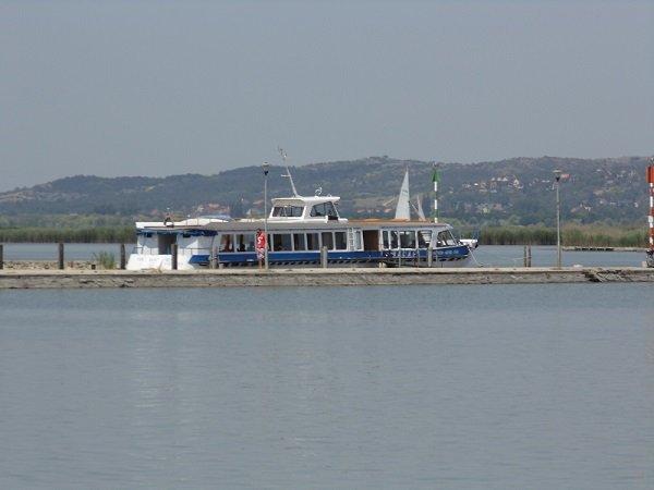 Hajóforgalom a Velencei-tavon.