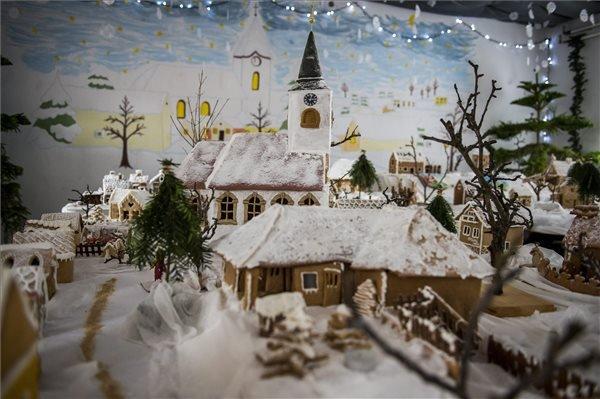 Geresdlak mézeskalácsból készült makettje a település régi iskolájában nyílt kiállításon 2014. december 5-én. A baranyai kis falut bemutató 53 darab mézeskalácsházat a geresdlaki asszonyok sütötték. MTI Fotó: Sóki Tamás