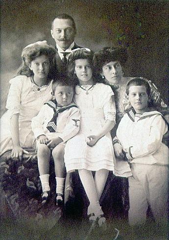 Gróf Széchényi Antal (1867-1924) és családja, 1910. körül Balról jobbra: Széchényi Antoinette, Széchényi Antal, Széchényi Károly, Széchényi Ilona, Széchényi Antalné (Wenckheim Krisztina), Széchényi Ferenc - Forrás: http://www.oszk.hu
