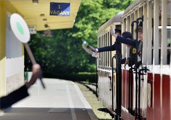 Gyermekvasutasok indulnak a szolgálati vonattal a vonalon lévő szolgálati helyeikre a reggeli eligazítás után a Gyermekvasút Hűvösvölgy állomásáról 2015. május 19-én. A Guinness World Records (GWR) szerint a MÁV Zrt. Széchenyi-hegyi Gyermekvasútja a világ leghosszabb olyan vasútvonala - 11,7018 kilométer - amelyen a forgalmi és kereskedelmi szolgálatot gyermekek látják el. MTI Fotó: Máthé Zoltán