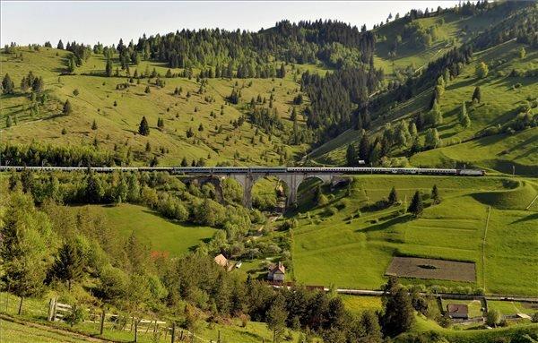 A csíksomlyói búcsúba tartó Boldogasszony zarándokvonat Gyímesfelsőloknál, az Utusaly völgyhídon 2015. május 22-én. A 15 kocsiból álló vonat mintegy nyolcszáz zarándokkal indult el a budapesti Nyugati pályaudvarról május 21-én. MTI Fotó: Máthé Zoltán