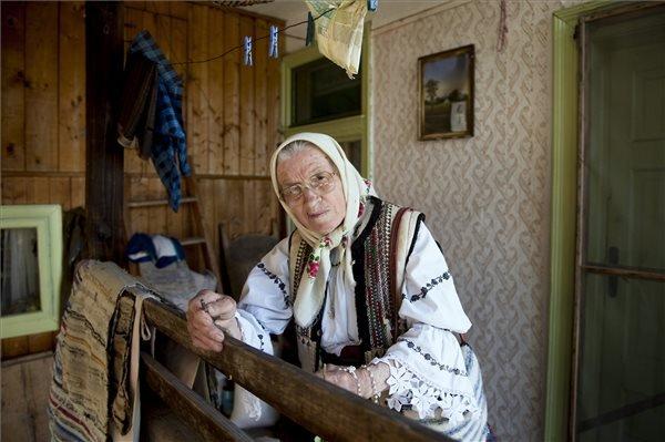 A 81 éves Kánya Virág csángó asszony gyimesi otthonában 2015. május 22-én. MTI Fotó: Koszticsák Szilárd