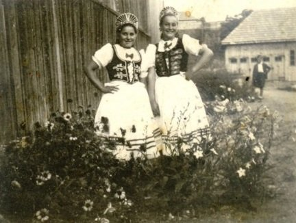 Fényképezte: Ismeretlen Néhány szó a képről: Szalma Róza és Jakab Marcella (1945)
