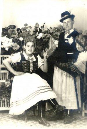 Fényképezte: Ismeretlen Néhány szó a képről: Csőszpár: Szabó József és Szalma Juliánna (1958)