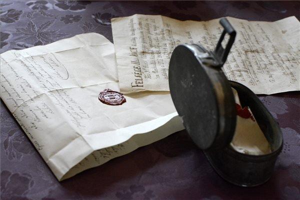 Egy időkapszula és a benne talált iratok Tiszaszentimrén 2015. január 18-án. A fémdobozt, amely négy, különböző időben datált levelet tartalmazott, az 1780-as években épült parókia felújításakor az egyik régi ajtó kibontásakor találták meg. Az első 1784-es keltezésű, a második 1817-ben, a harmadik 1830-ban íródott, a legkülönlegesebb 1854-ből származik. A kézzel írt dokumentumok elsősorban a parókia építéséről és javításáról számolnak be. MTI Fotó: Mészáros János