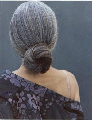 Rövidre nyírt, havonta birkagöndörre dauerolt haj helyett a hosszú ősz hajból készült divatos konty kifejezetten elegáns.