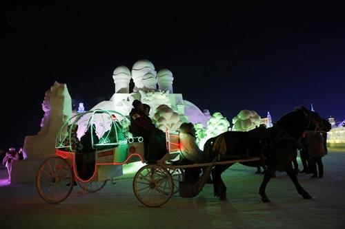 A kényelmesebbek hintóval járják be a jégvárost - Fotó: Reuters