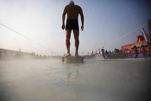 A jeges fürdő a mulatság elmaradhatatlan része - Fotó: Reuters