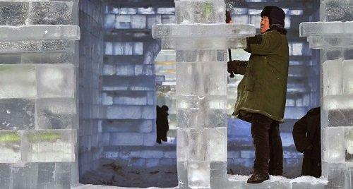 A szobrok utolsó simítása, a csiszolás - Fotó: Reuters