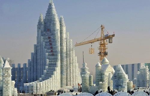 Építkezés darukkal - Fotó: Reuters
