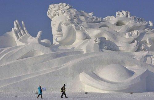 Látogatók az egyik monumentális jégszobornál - Fotó: Reuters