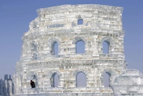 Egy munkás pihen a Colosseum ablakában - Fotó: Reuters