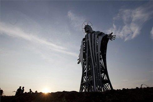 Székelyszentlélek, 2013. augusztus 14. A csaknem huszonhárom méter magas Jézus Szíve-kilátó a székelyföldi Gordon-tetőn 2013. augusztus 14-én. Európa negyedik vagy ötödik legnagyobb ilyen alkotását Farkaslaka és Székelyszentlélek határában állították fel. MTI Fotó: Haáz Sándor