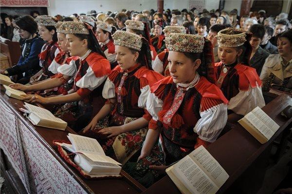 Népviseletbe öltözött lányok a húsvétvasárnapi istentiszteleten Erdélyben, a Kolozs megyei Kalotaszentkirály református templomában 2014. április 20-án. MTI Fotó: Czeglédi Zsolt