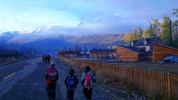 Hétköznap a Kanas mentén. Iskolába tartó gyerekek a mesés tájon.