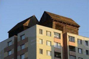 Panelház tetején állítottak fel hagyományos faházakat Kassán