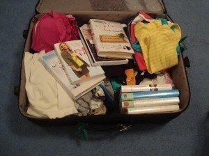 Könyv lapul a bőrönd mélyén