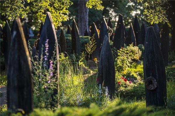 A szatmárcsekei kopjafás temető 2014. június 5-én. A világörökség részének ajánlja a nemzetközi temetkezési kultúrával foglalkozó világszervezet (FIAT-IFTA) a magyar kopjafejfás temetőket; erről a szervezet közgyűlése döntött a németországi Düsseldorfban megtartott ülésén. MTI Fotó: Balázs Attila