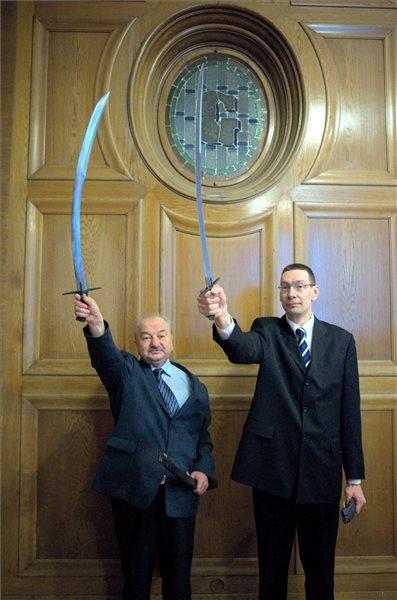Kulcsár Ferenc Dunaszerdahelyen élő költő (b) és Sander Liivak észt műfordító a Balassi Bálint-emlékkarddal az átadási ünnepségen Budapesten, a Gellért szállodában 2014. február 14-én. MTI Fotó: Marjai János