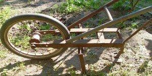 Szabadesés: Különös szerkezet egy falu kertjében