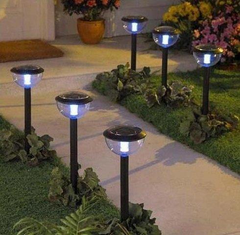 Az utak mentén a lámpák elhelyezése egyértelmű. A hangulat megteremtése mellett praktikus célt szolgál.
