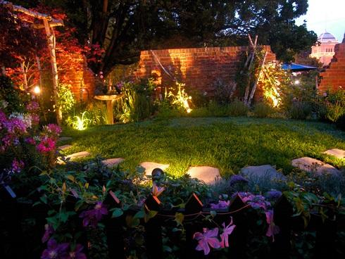 Alaposan gondoljuk át, kertünk melyik sarkát, melyik növényünket szeretnénk hangsúlyossá tenA fény dekoráció jellegének és méretének kiválasztása gondos előkészületi munkát igényel.