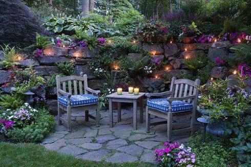 Az asztalon elhelyezett mécsesek fokozzák a hatást. Szúnyogriasztó gyertyákkal körbevéve zavartalanul élvezhetjük kertünk varázsát