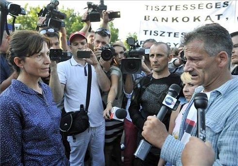 Devizahitelek – Lévai Anikó kiment a demonstrálók közé