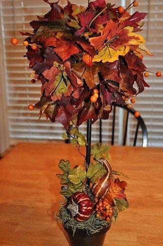 """Ehhez a dekorációhoz a cserépbe gipszet kell öntenünk és egy fa, fém, vagy műanyag rudat kell középre helyeznünk, amíg a gipsz meg nem szilárdul. A rúd végén, a színes levelekből készítjük el a fa """"lombját""""."""
