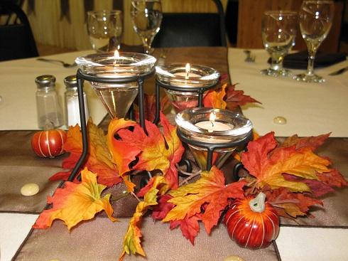Asztal dekoráció, mécsesekkel sejtelmesen megvilágítva.