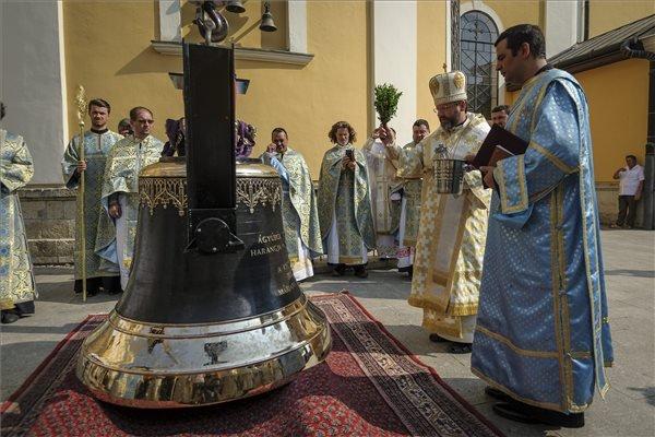 Szvjatoszlav Sevcsuk bíboros, ukrán nagyérsek (j2) felszenteli a békesség harangját, amelyet a Szűz Mária-kegykép könnyezésének, valamint a máriapócsi görögkatolikus kegytemplom zarándokhellyé válásának 300. évfordulóján megrendezett Nagyboldogasszony-napi búcsú keretében emeltek be a székesegyház déli templomtornyába Máriapócson 2015. augusztus 16-án. Az első világháború során ágyúba öntött, Mária névre keresztelt 23 mázsás harang helyére került a 16 és fél mázsás, cisz hangnemben megszólaló harang, amely egy lengyelországi harangöntő műhelyben készült. MTI Fotó: Czeglédi Zsolt