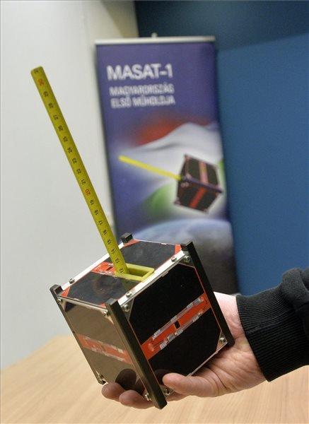 A Masat-1 műhold makettje a 2012 februárjában felbocsátott Masat-1 Föld körüli pályafutásának legfontosabb eredményeiről, megsemmisüléséről és a közeljövő terveiről tartott sajtótájékoztatón a Budapesti Műszaki Egyetemen 2015. január 8-án. A becslések szerint január 9-én 22 óra és január 10-e 15 óra között semmisül meg, ég el a Föld légkörébe érő Masat-1, Magyarország első műholdja, amely sikeres missziót hajtott végre. MTI Fotó: Máthé Zoltán