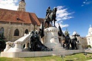Erdély –  Lelátónak használják a Mátyás-szoborcsoportot