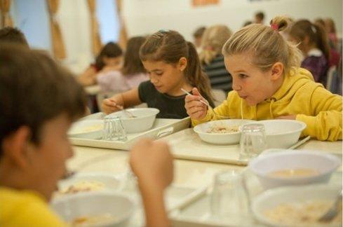 Mócsingos és rántásszagú a gyerekek ebédje