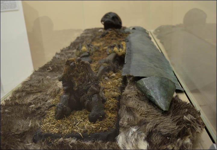 A vörös hajú férfit mellkasát és lábát réz borította. A sírban találtak egy vas baltát, szőrmét és egy bronz csatot - Fotó: The Seiberian Times