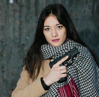 nemet-lany-aki-csak-fegyverrel-megy-a-berlini-utcara