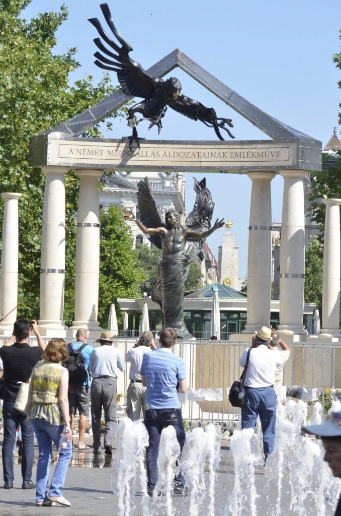 Gábriel arkangyallal a középpontban, a német megszállás áldozatainak emlékműve a budapesti Szabadság téren.