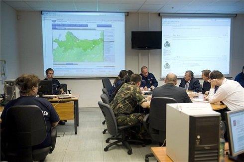 Tóth Ferenc tűzoltó dandártábornok, Országos Polgárvédelmi főfelügyelő (k) vezetésével ülésezik a katasztrófavédelmi törzs a Nemzeti Veszélyhelyzet-kezelési Központban 2013. június 4-én. MTI Fotó: Koszticsák Szilárd