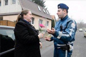 Nőnapon virágot kaptak a szabályosan közlekedő női járművezetők Salgótarjánban