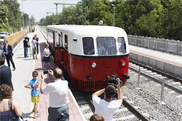 Nosztalgiavonat Siófok-Szabadisóstó állomáson, a korszerűsített, Lepsény és Szántód-Kőröshegy közötti vasúti vonalszakaszon 2015. június 13-án, a pályaszakasz átadása napján. MTI Fotó: Varga György