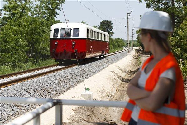 Nosztalgiavonat halad a korszerűsített, Lepsény és Szántód-Kőröshegy közötti vasúti vonalszakaszon, Siófok közelében 2015. június 13-án, a pályaszakasz átadása napján. MTI Fotó: Varga György