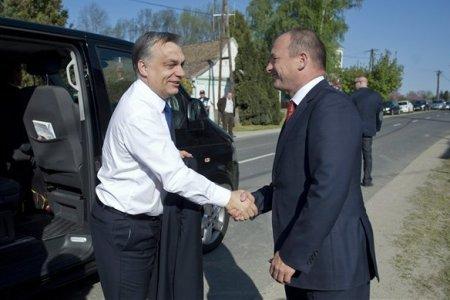 A kihelyezett kormányülésre érkező Orbán Viktor miniszterelnököt Tiffán Zsolt, a Baranya megyei közgyűlés elnöke, a térség fideszes országgyűlési képviselője fogadja Kémesen