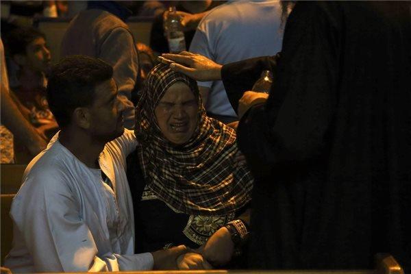 """Kopt pap ördögöt űz egy muzulmán hívőből a dél-kairói el-Mukattam-sziklába vájt egyik kopt templomban 2014. december 5-én. Egyiptomban nagyon sok muzulmán és keresztény számára természetes, hogy pszichés panaszaikkal ördögűzőhöz fordul, s a megfelelő """"szakember"""" kiválasztásakor a vallások közti rideg határok meglepően rugalmassá válnak. MTI Fotó: Máté Bence"""