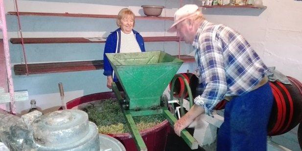 A Németh-birtok gazdaasszonya, és gazdája munka közben.