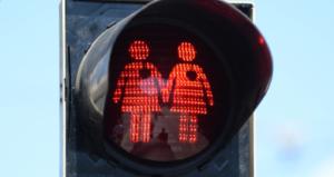 """Az osztrákok """"toleránsak"""" – Homoszexuális párok a gyalogos közlekedési lámpákon Bécsben"""