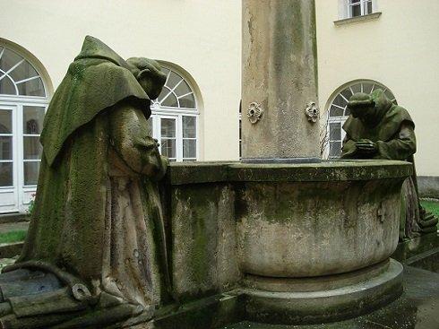 Pálosok kútja - Ligeti Miklós még az 1910-es évek elején kezdett dolgozni a pálos rend emlékére szánt díszkúton, melyet az esztergomi káptalan rendelt meg tőle. Bár a pálosok voltak az egyetlen magyar alapítású rend, ekkoriban már nem volt hazai képviselőjük így a szobrász Częstochowába írt, hogy felvegye egyikükkel a kapcsolatot. Egy pálos kámzsát kért, ami alapján hitelesen faraghatja ki a gugoló szerzetesek ruházatát. Az 1916-ra elkészült szobrot végül a VIII.kerületi Lósy Imre utcában állították fel. Majd 1935-ben a Központi Papnevelő Intézet udvarába helyezték ahol ma is áll. Mivel ez az épület egykor a pálos rend kolostoraként működött, így bizton állítható: jobb helyen nem is lehetne. (Napi Budapest)