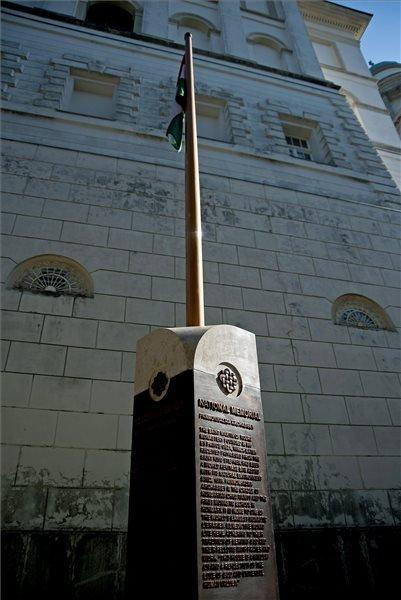 A Pannonhalmi Főapátság nemzeti emlékhellyé válását jelképező sztélé, amelyet 2014. szeptember 24-én avattak fel. MTI Fotó: Krizsán Csaba