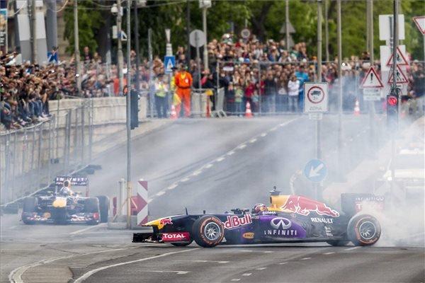 Az Infinity Red Bull Racing istálló Forma-1-es autóival a skót David Coulthard és az orosz Danyiil Kvjat tart bemutatót a Várkert Bazár előtt a Nagy Futam III. elnevezésű légi- és autós parádén, Budapesten 2015. május 1-jén. MTI Fotó: Szigetváry Zsolt
