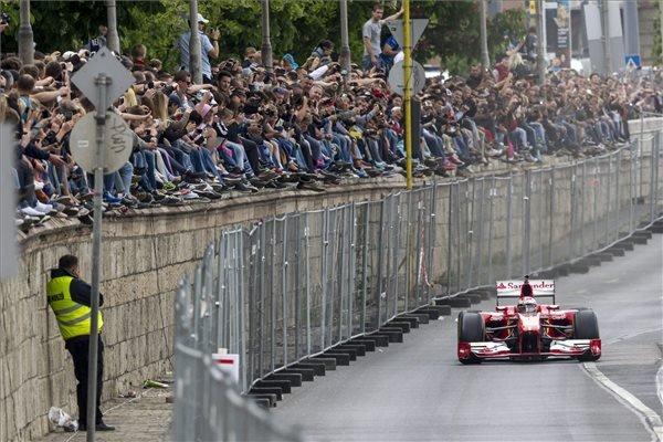 Kimi Räikkönen, a Forma-1-es Ferrari finn pilótája halad a Várkert Bazár előtt a budai rakparton, a Nagy Futam III. elnevezésű légi- és autós parádén 2015. május 1-jén. MTI Fotó: Szigetváry Zsolt